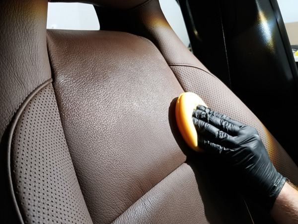 Skórzana tapicerka samochodowa - Jak dbać?