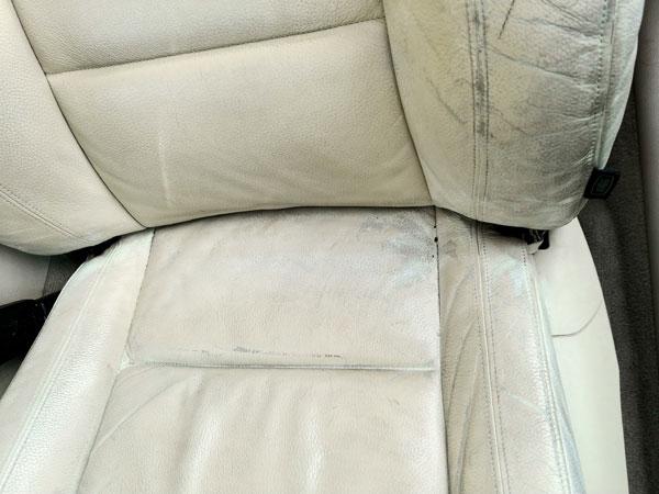 Zniszczona skórzana tapicerka samochodowa